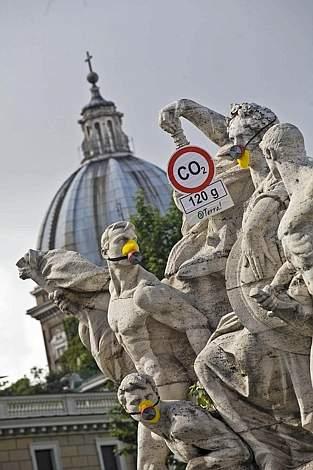 ローマの銅像にマスクが着けられる