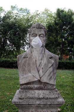 イタリアローマの銅像にマスク
