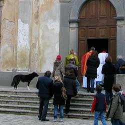 教会の前で待つ犬