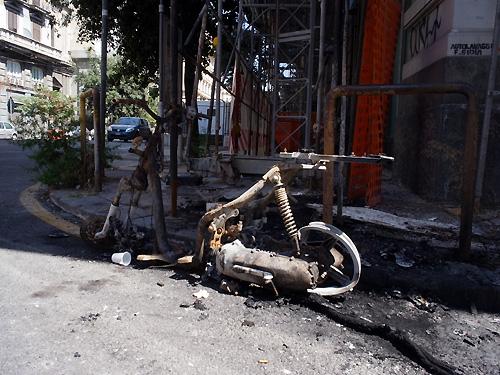 ナポリの燃えたバイク